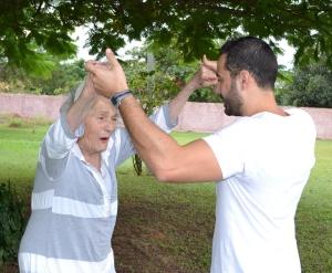 Julieta Beni Giacopelli, de 90 anos, faz exercícios  no Bellatrix Residencial para Idosos [crédito -  Daniella Oliveira]